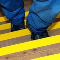 Желтая полоса на супени - наклейка для слабовидящих