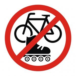 На роликах и велосипеде вход воспрещен - наклейка